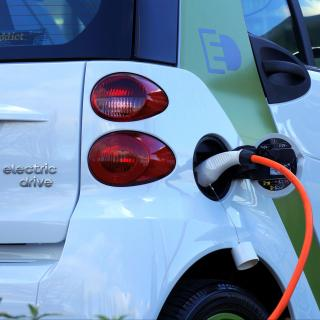 如何满足电池供电汽车电子产品的电源需求
